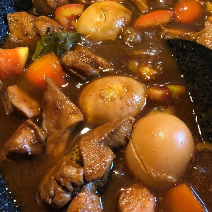 Wah semur tahu campur telur buatan akun @damanikwelling ini diberi irisan tomat. Kuahnya sengaja tidak dibuat terlalu kental. Pasti rasanya manis, gurih, dan ada jejak asam dari tomat. Yummy! Foto: Istimewa