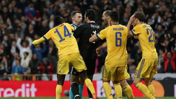 Gianluigi Buffon dan kawan-kawan melakukan protes pada Michael Oliver.