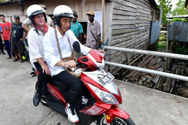 Jokowi bonceng Iriana naik motor listrik di Papua. Foto : Agus Suparto/Fotografer Kepresidenan