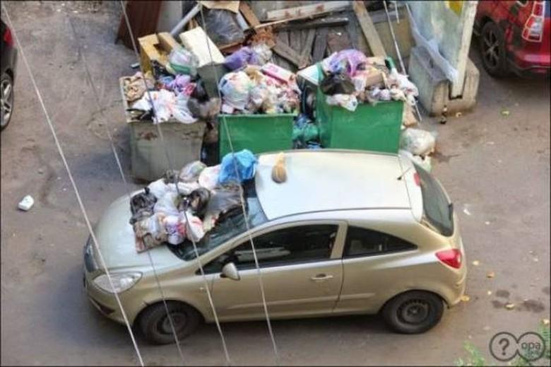 Gara-gara parkir sembarangan, mobil ini jadi mandi sampah. Foto: Turbo ROTFL