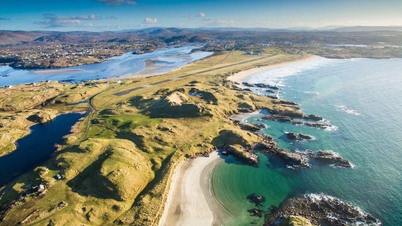 Pertama adalah Bandara Donegal, Irlandia. Lihat saja pemandangan sebelum traveler mendarat, ada pantai berpasih putih di sekitarnya (CNN Travel)