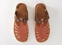 Sepatu sandal jelly dari Acne Studios.