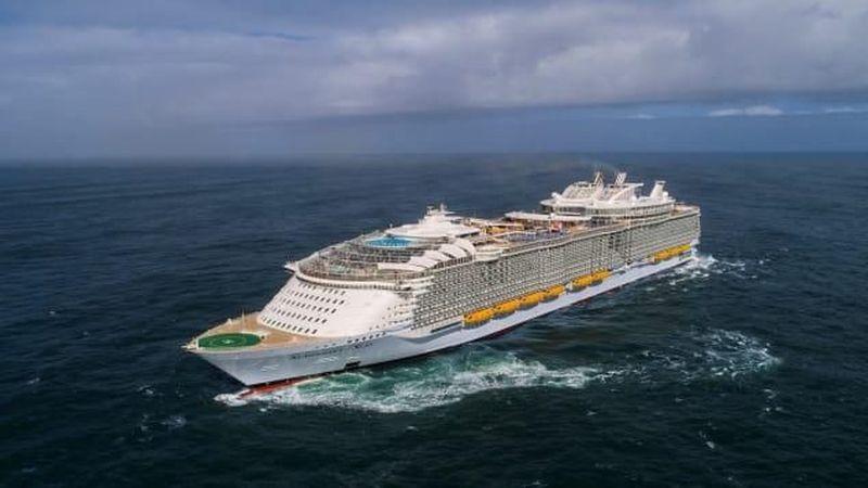 Inilah kapal pesiar The Symphony of the Seas. Ia punya seluncuran air tertinggi di atas laut, internet tercepat di tengah samudera dan aneka keunggulan lainnya (CNN Travel)