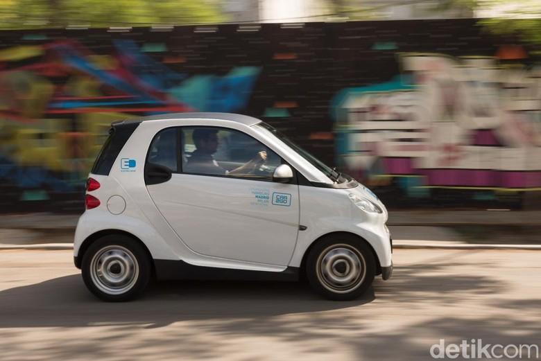 Konsumen car2go menggunakan mobil kecil smart. Foto: Daimler