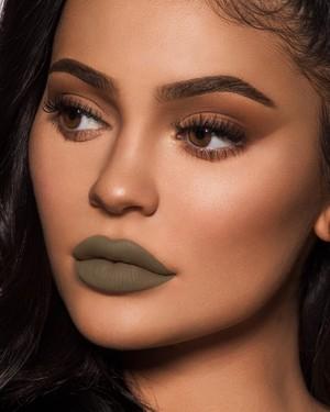 Ketika Netizen Geli Lihat Lipstik Hijau Kylie Jenner