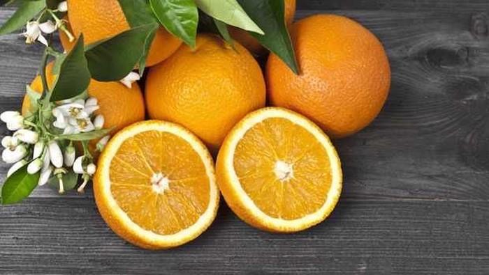 Makan buah sitrus seperti jeruk saat perut kosong dapat meningkatkan produksi asam. Selain itu, terlalu banyak serat dan fruktosa dalam buah-buahan juga dapat memperlambat sistem pencernaan bila dimakan dengan perut kosong. Foto: Istimewa
