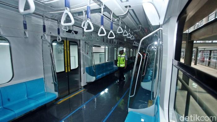 Kereta MRT Jakarta telah tiba di Depo Lebak Bulus, Jakarta. Kereta itu bernuansa biru dan tak lagi mirip jangkrik.