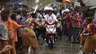 Foto: Jokowi-Iriana Boncengan Motor Menembus Hujan di Asmat