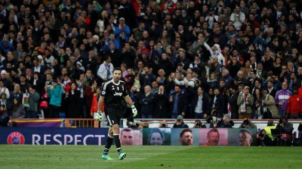 Gianluigi Buffon meninggalkan lapangan usai mendapat kartu merah saat melawan Real Madrid.