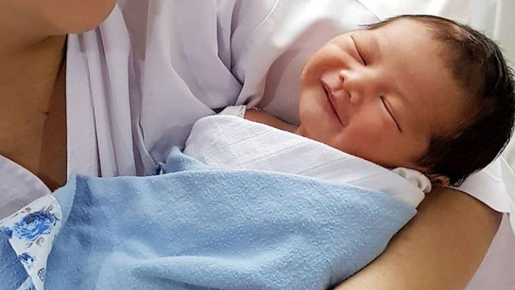 Manis Banget Senyum Baby Al, Anak Lucky Perdana