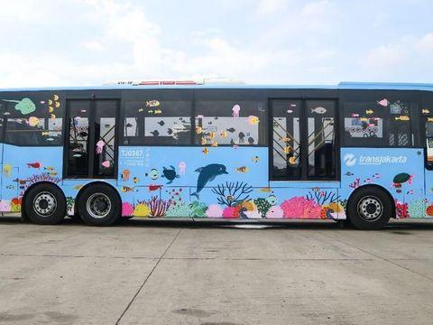 Bus TransJakarta berstiker satwa