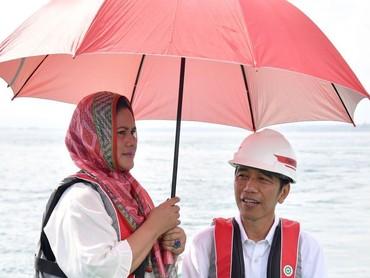 Jokowi didampingi Ibu Negara Iriana saat meninjau Jembatan Holtekamp Jayapura. Romantis sekali payungan berdua. (Foto: Laily Rachev/Biro Pers Setpres)
