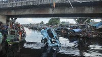 Puluhan orang menyaksikan proses evakuasi. Mereka berbaris di jembatan dan sungai.