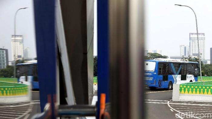 Pemprov DKI Jakarta mulai memasang lampu penerangan jalan di Koridor 13 rute Ciledug-Tendean. Ini penampakannya.