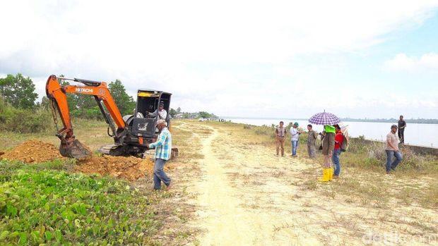 KPK melakukan pengecekan fisik terhadap bangunan turap/sheet pile Sungai Sesayap, Tana Tidung, Kalimantan Utara