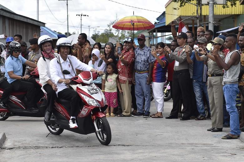 Presiden Joko Widodo berboncengan dengan Ibu Negara Iriana Joko Widodo mengendarai motor listrik. Foto: ANTARA FOTO/Puspa Perwitasari