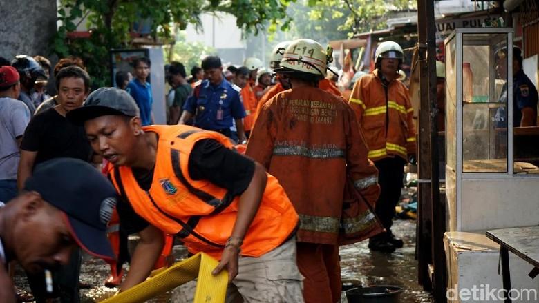 Dapat Laporan Warga, Damkar Buru Ular di Jl Kebayoran Lama