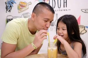 So Sweet! Begini Kebersamaan Samuel Rizal dengan Sang Anak Saat Makan