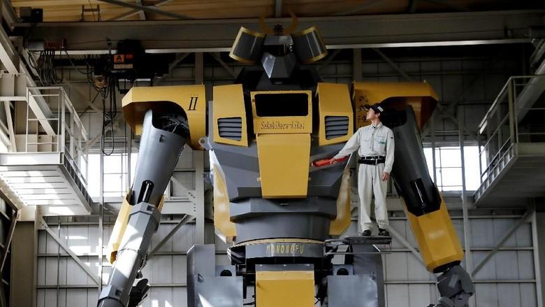 Riuh Dunia dalam Gambar: 3.000 Bangkai Ayam, Robot Gundam 7,3 Ton
