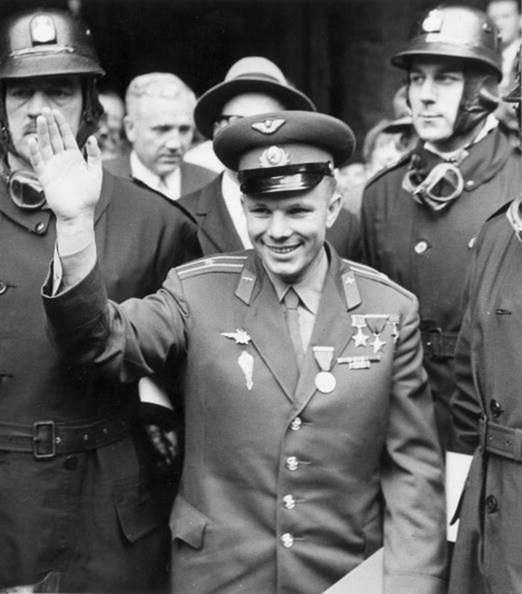 Gagarin adalah kosmonot atau astronotnya Uni Soviet, yang kini bernama Rusia. Penerbangan Gagarin ke antariksa dinamakan misi Vostok 1. Foto: Getty Images