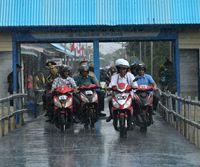 Jokowi saat naik motor di Asmat.
