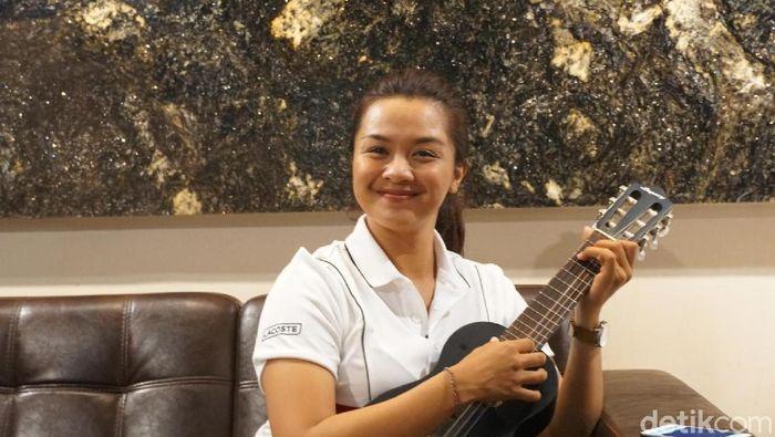 Dellie Threesyadinda juga jago gitar dan nyanyi lhho. (Femi Diah/detikSport)