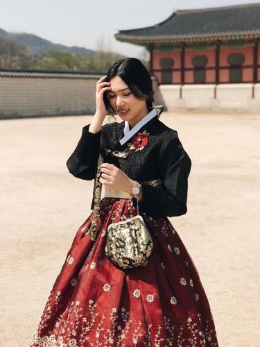 Isyana Sarasvati disebut mirip Park Shin Hye saat pakai hanbok