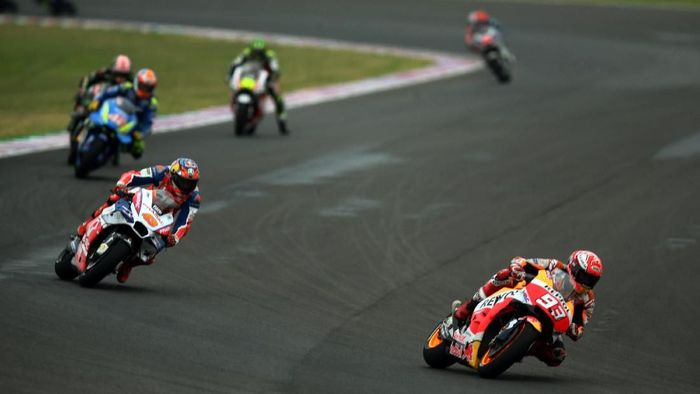 Marc Marquez di tengah kontroversi di balapan Argentina. (Foto: Marcos Brindicci/Reuters)