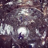 Tak hanya di luar patung yang terlihat keren. Bagian dalam patung pun dihias dengan sangat imajinatif dan eksentrik. (mrjimmylacey/Instagram)