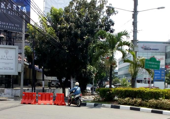 Pengendara roda dua tetap melawan arus walau diberi pembatas di Jl. Hang Tuah Raya - Jakarta. Foto: Muchamad Yoga