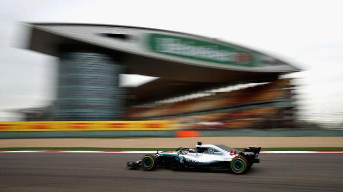 Lewis Hamilton tercepat di sesi latihan pertama GP China (Foto: Clive Mason/Getty Images)