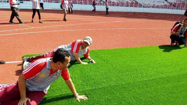 Pejabat Divisi Humas Polri mengecek kesiapan venue Asian Games di Stadion Gelora Bung Karno (GBK), Jumat (13/4/2018)