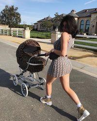 Kylie Jenner mendorong stroller Fendi. Mewah!