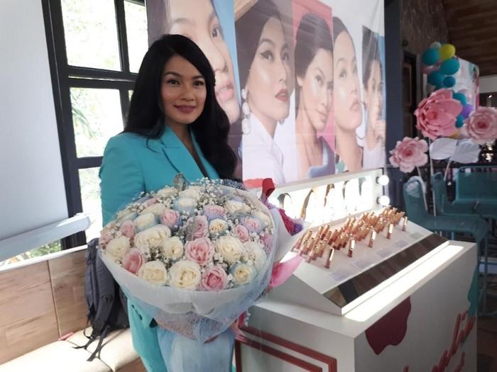 Titi Kamal rilis produk kosmetik. Foto: Instagram/@titi_kamal