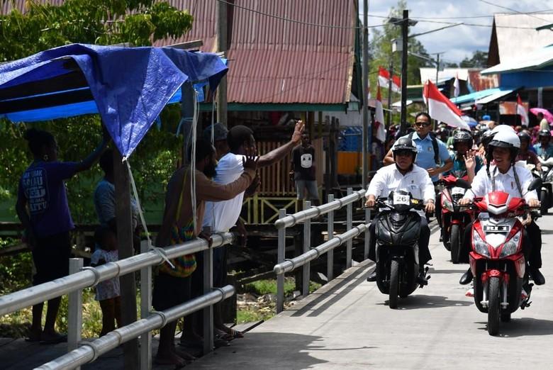 Jokowi naik motor listrik di Asmat. Foto: Dok. Biro Pers Setpres