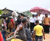 Jokowi saat meninjau pelaksanaan Program Padat Karya Tunai di Sorong, Papua Barat.