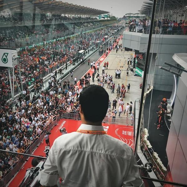 Tunku Ismail sangat menyukai dunia otomotif. Salah satu kegiatan liburannya adalah menonton balapan. Ini momen dirinya saat menonton balapan di Sepag Circuit, Selangor, Malaysia. (tunku_idris/ Instagram)