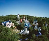 Di dalam Il Giardino dei Tarocchi terdapat 22 patung tokoh kartu tarot dalam bentuk raksasa. Patung-patung tersebut dibalut dengan motif mosaik yang berwarna-warni dan menjelma menjadi atraksi wisata. (stilip1/Instagram)