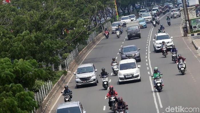 Pemberlakuan ERP di Jalan Margonda  Sejumlah kendaraan melintas di Jalan Margonda Raya, Depok, Jawa Barat, Jumat (13/4). Pemerintah Provinsi Jawa Barat mewacanakan penerapan jalan berbayar atau Electronic Road Pricing (ERP) di ruas jalan Margonda Raya untuk mengatasi masalah kemacetan di kawasan itu, sementara Pemkot Depok akan mengkaji usulan tersebut.  Grandyos Zafna/detikcom