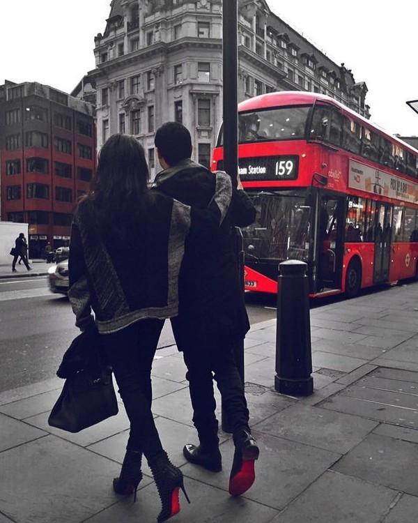 Ini momen tatkala Pangeran Johor akan menikah dengan istrinya. Foto ini diambil di depan bus tingkat London berwarna merah yang ikonik jurusan Streatham Station. (tunku_idris/ Instagram)