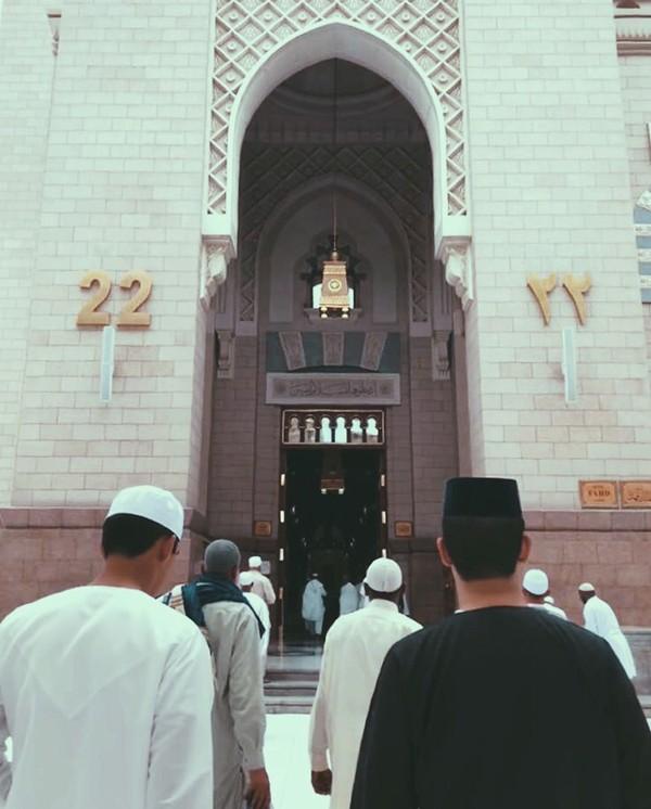 Tidak sekadar berwisata saja, Tunku Ismail juga mengabadikan momen ibadahnya saat berkunjung ke Masjid Nabawi, Saudi Arabia. Dia berfoto di pintu nomor 22 yang menuju makam Nabi Muhammad. (tunku_idris/ Instagram)