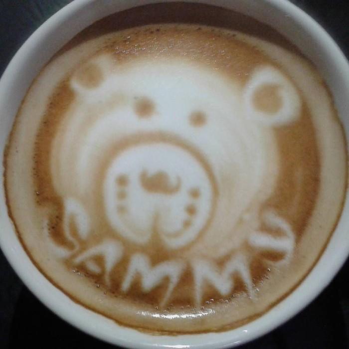 Latte art dengan bentuk wajah beruang lucu ini sangat menggemaskan. Kopi hangat ini sangat cocok dinikmati saat santai sore. Foto: Instagram @samuelrizal1