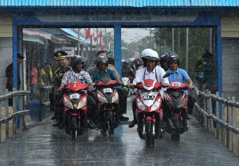 Dalam kunjungannya ke Agats, Kabupaten Asmat, Papua, Presiden Jokowi menaiki motor listrik bersama Ibu Iriana. Motor listrik tersebut rupanya rakitan Gresik.Foto: dok. Biro Pers Setpres