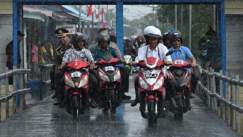 Presiden Jokowi mengendarai motor listrik di Papua. Foto: dok. Biro Pers Setpres