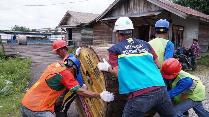 Kamis, 8 Maret 2018 - Petugas PLN Kalselteng melakukan mobilisasi material kelistrikan untuk melistriki Desa Teluk Hiri, Kabupaten Kapuas, Provinsi Kalimantan Tengah Foto: Dok. PLN Kalselteng