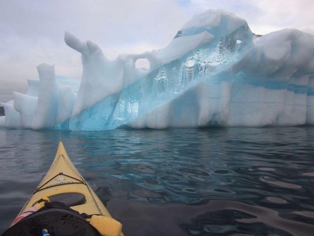 Bongkahan es yang terlihat transparan. Foto: bored panda