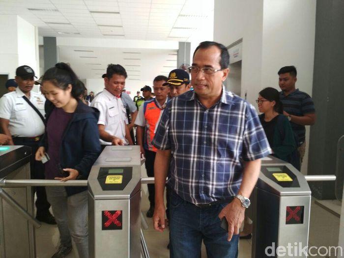 Menteri Perhubungan (Menhub) Budi Karya Sumadi mengunjungi Stasiun Duri di Jakarta Barat, Sabtu (13/4/2018).Foto: Hendra Kusuma/detikFinance
