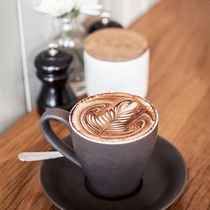Riza Shahab masuk dalam deretan artis yang terjerat kasus narkoba. Meskipun begitu, Riza juga sangat menggemari kopi. Mengunggah foto secangkir kopi, terlihat bahwa tiada hari tanpa kopi di kehidupannya. Foto: Instagram @rizashahab