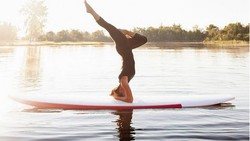 Yoga kini bisa dilakukan dengan berbagai macam variasi, salah satunya di atas papan seluncur. Lihat serunya tren yoga tersebut di berbagai negara.