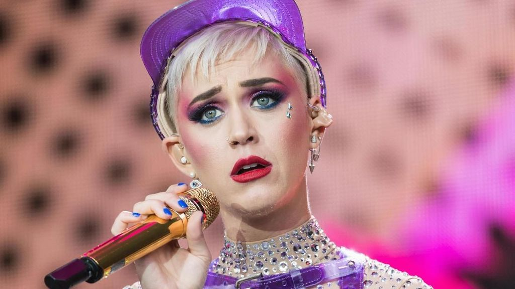 Katy Perry Dikasih Chicken Nugget Busuk, Gala Premiere Kulari ke Pantai
